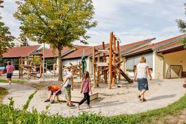 Außengelände eines Kindergartens mit Spielplatz