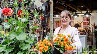 """Katrin Da Silva mit Blumen in ihrem Blumengeschäft """"La Fleurie"""" in Oberderdingen"""