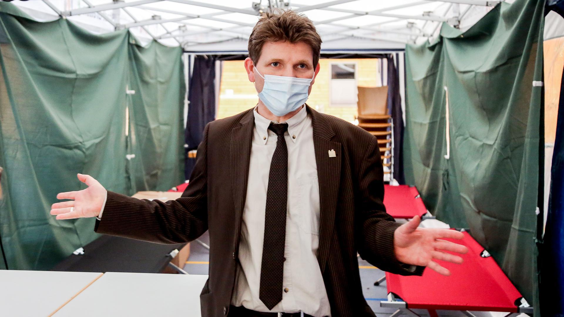 Bürgermeister Michael Nöltner steht im Impfpavillon