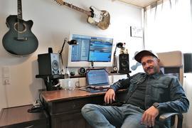 Mann in Stuhl vor Schreibtisch