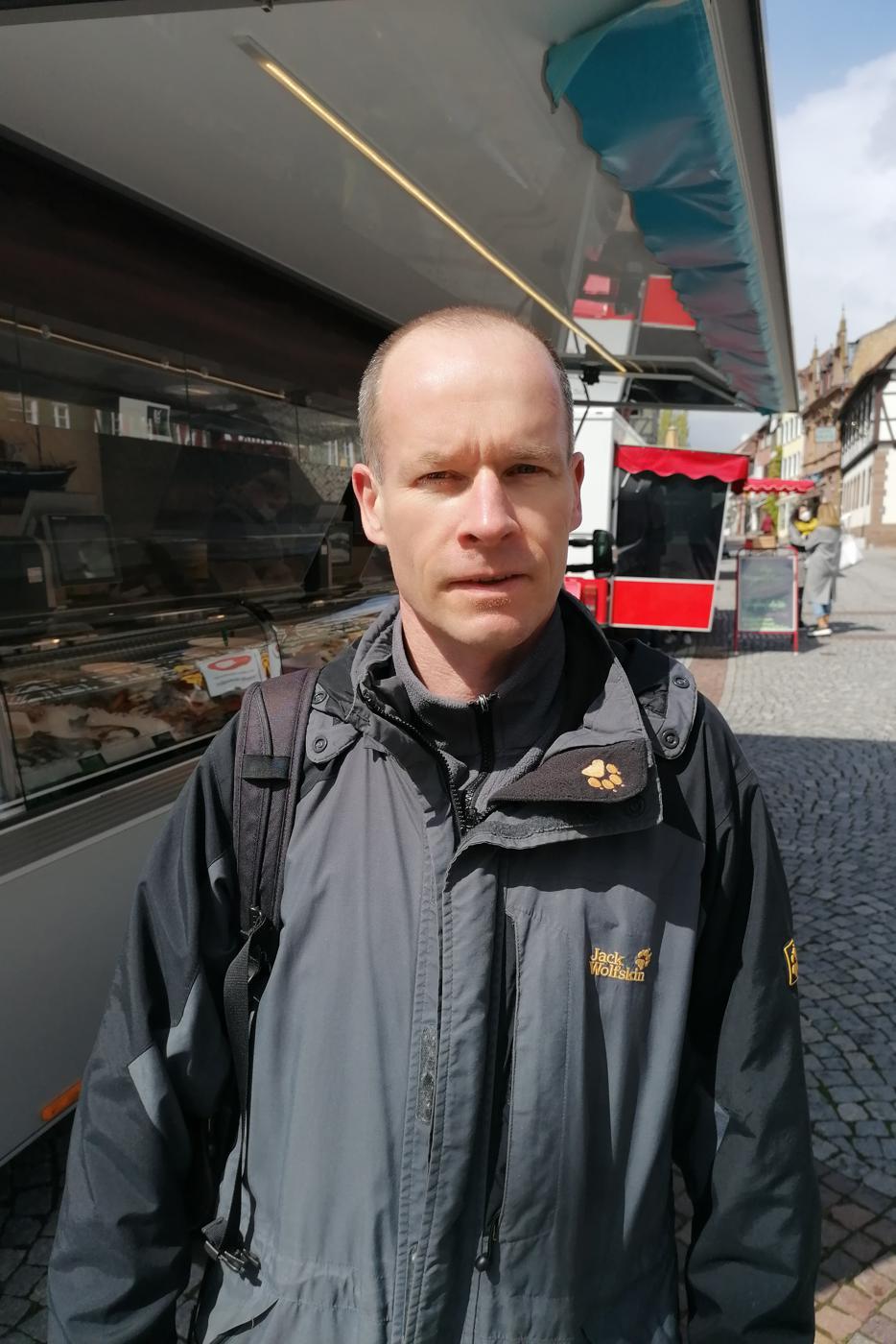 Mann in Fußgängerzone