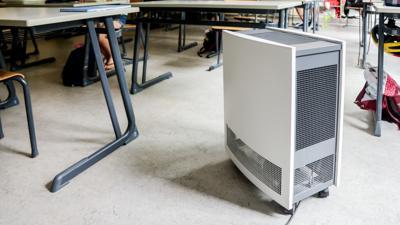 Luftreinigungsgerät in einem Klassenraum, Luftfilter, Lüftungsgerät