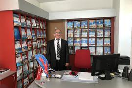 Zülfikar Göktas, Inhaber von Göktas Reisen, in seinem Reisebüro in Bretten