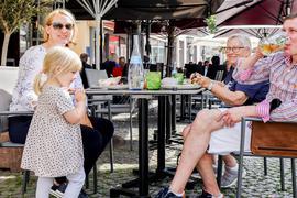 Familie isst draußen zu Mittag