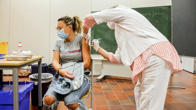 Frau impft Frau