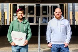 Adrian Kassian und Jürgen Seifert stehen vor der Dr.-Johannes-Faust-Schule in Knittlingen