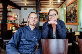 Mann und Frau in Restaurant