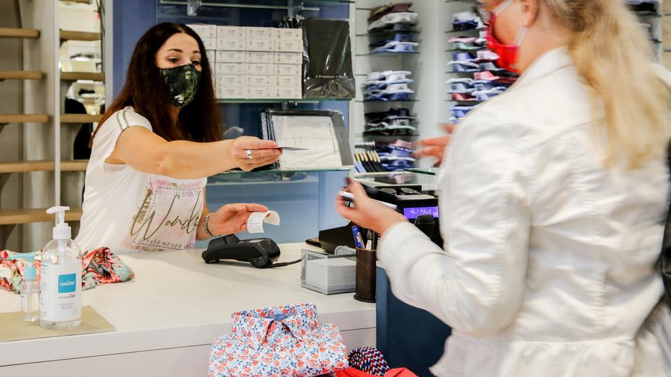 Nur im Notfall mit Karte: Giuffrida Luciana von Mode Michel bedient am Tag durchschnittlich mehr Kunden die mit Bargeld zahlen.
