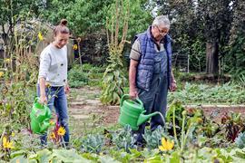Isabel Pfeil und ihr Opa Heinrich im Gemüsegarten in Bretten beim Gießen.