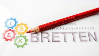 Roter Stift vor Dokument