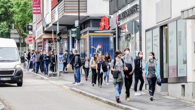 Schüler gehen über eine Straße