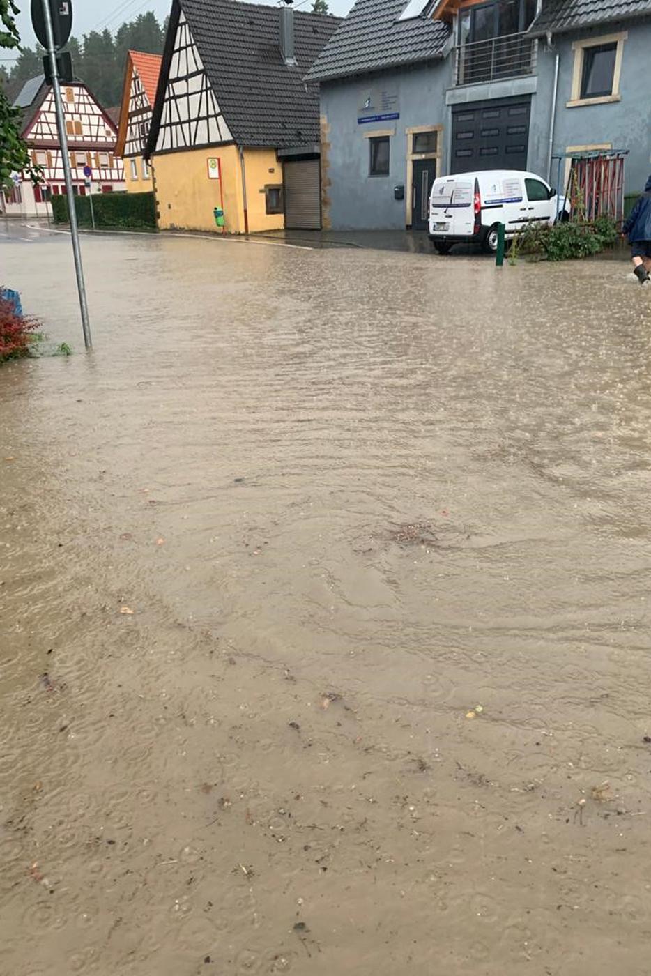 Im Brettener Stadtteil Ruit stand das Wasser zentimeterhoch in den Straßen.