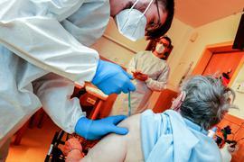 Fast überall geschafft: Die mobilen Impfteams des Landkreises Karlsruhe waren in den meisten Senioren- und Pflegeheimen der Region Bretten schon für beide Impfungen. Im Bild ist eine der ersten Impfaktionen in einem Altenheim in Knittlingen zu sehen.