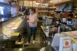 Inhaber Fernando Carvalho (hinten) und seine Schwester Aline (vorne) bedienen im Brettener Eiscafé Pierod die Kunden.