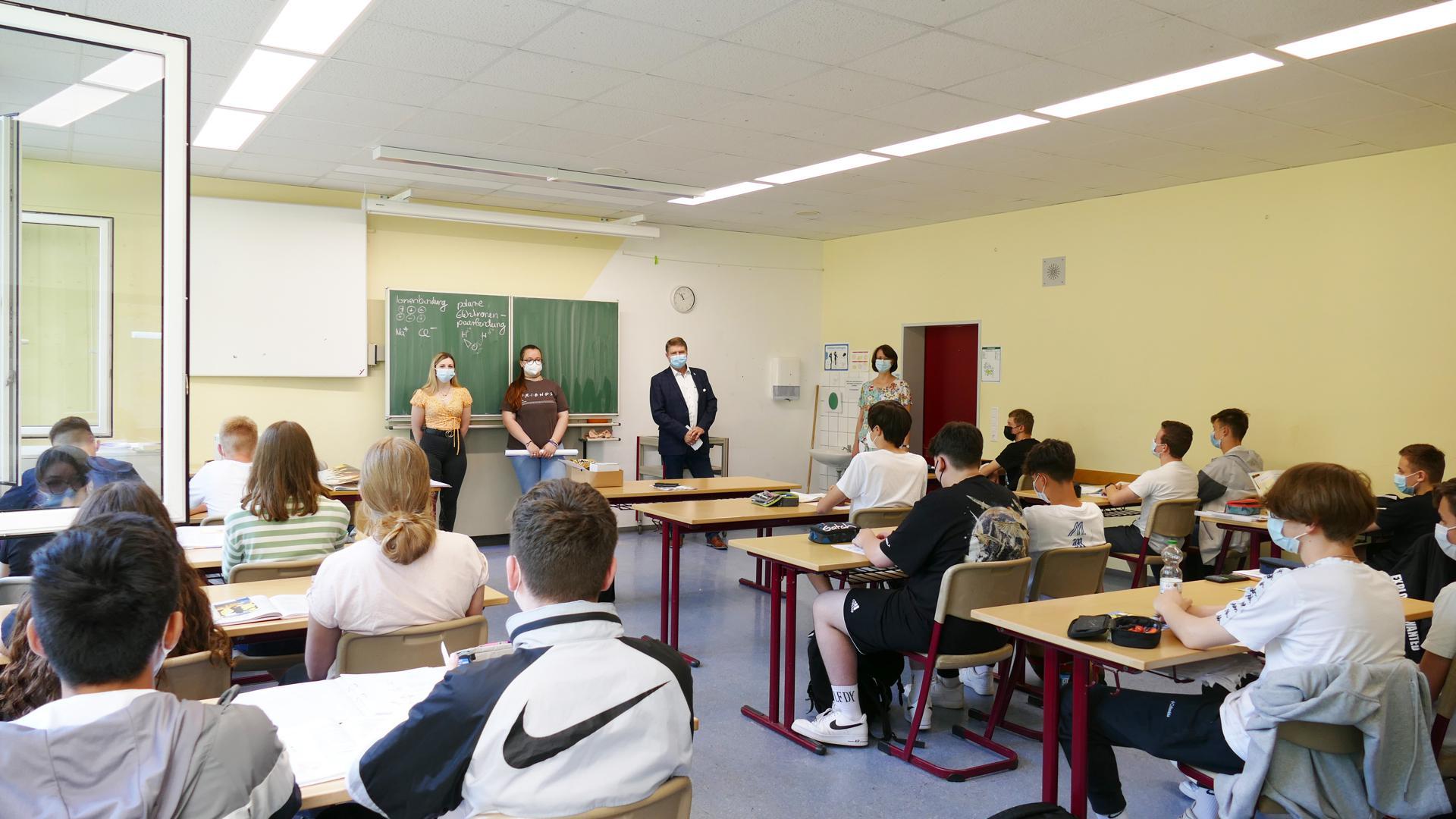 Jugendgemeinderäte und Oberbürgermeister Martin Wolff besuchen eine Schulklasse.