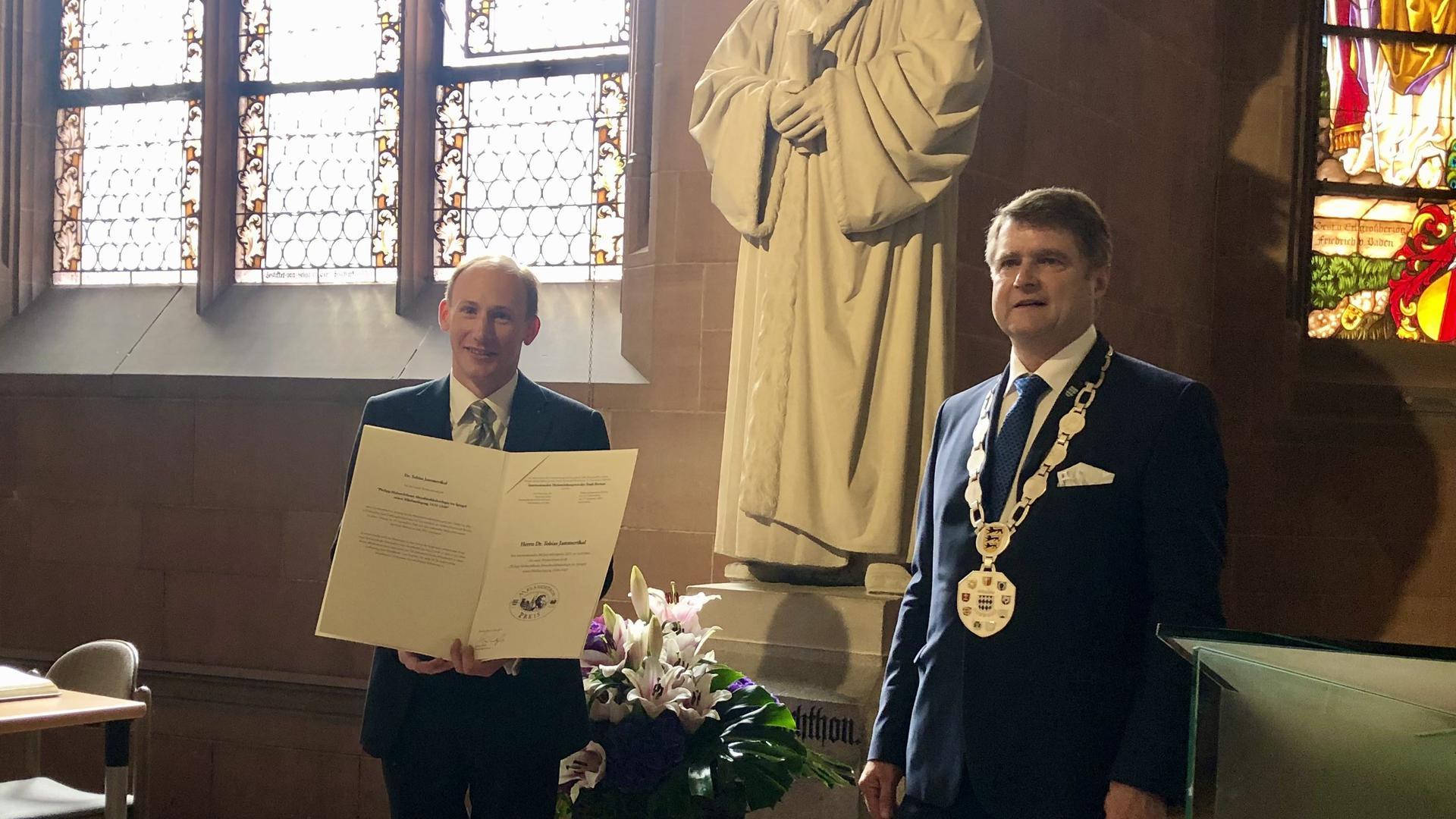Preisträger Dr. Tobias Jammerthal mit Brettens Oberbürgermeister Martin Wolff.
