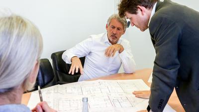 Das Bild zeigt den Südbau-Geschäftsführer Markus Vierling (Mitte) und Bürgermeister Michael Nöltner (rechts) im Gespräch mit BNN-Redakteurin Irmeli Thienes.