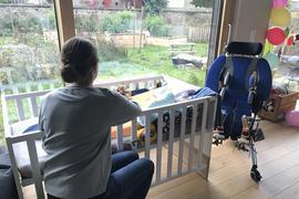 Pflege rund um die Uhr: Katrin Weiss verbringt die meiste Zeit am Bett ihres Sohnes Gustav. Der Zweijährige ist schwerstbehindert. Wie lange er zu leben hat, wissen auch die Ärzte nicht.