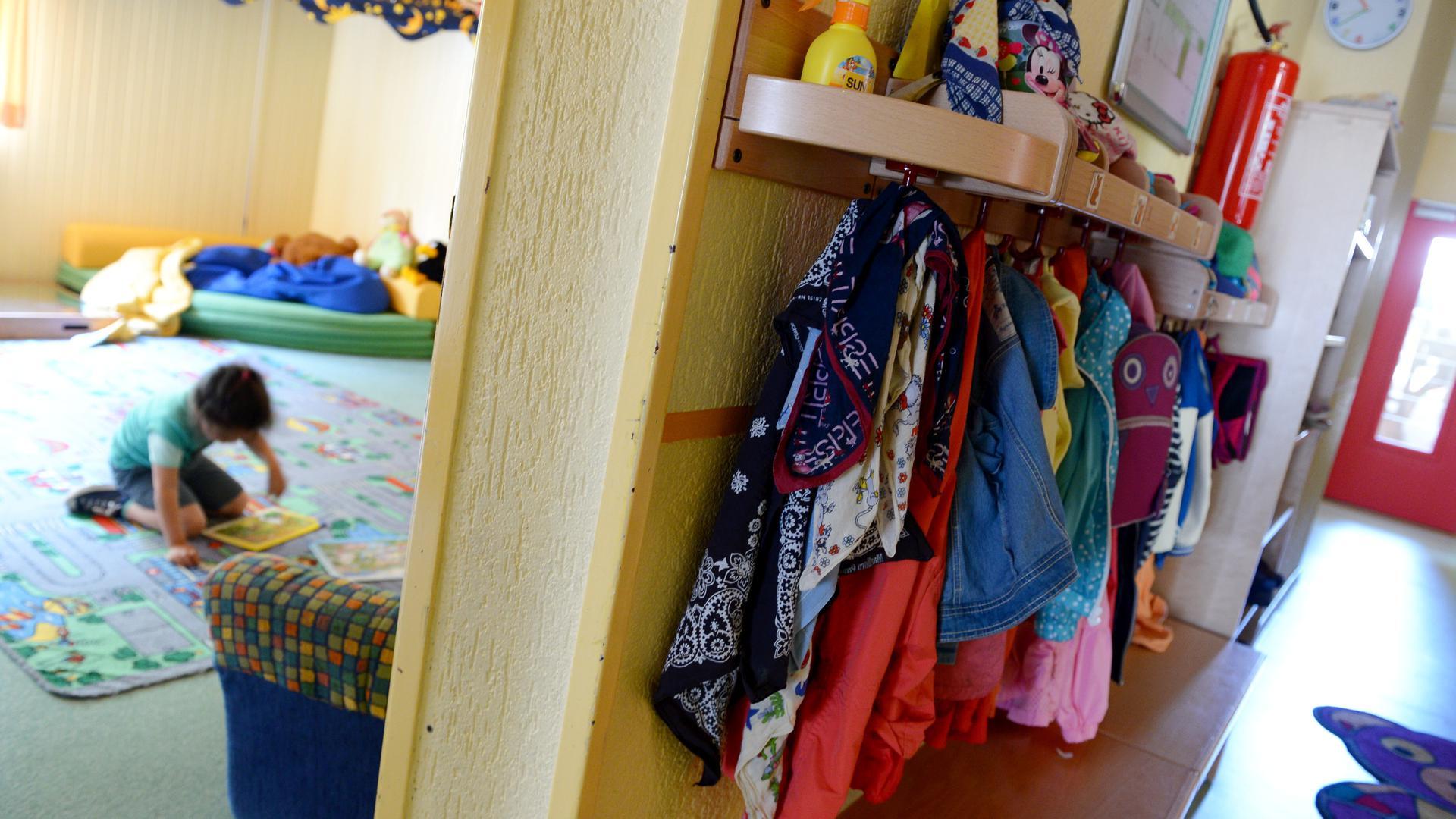 """ARCHIV - Ein kleines Mädchen spielt am 24.07.2014 in der Kinderschutzeinrichtung in Frankfurt am Main mit einem Puzzle. Rund um die Uhr finden Kinder in dem Heim Zuflucht, die zu Hause Gewalt, Verwahrlosung, Drogen, Alkoholismus oder sexuellem Missbrauch ausgesetzt sind. Foto: Roland Holschneider/dpa (zu dpa/lhe """"Statistisches Landesamt zu den Ausgaben der Kinder- und Jugendhilfe 2014"""" vom 03.12.2015) +++ dpa-Bildfunk +++"""