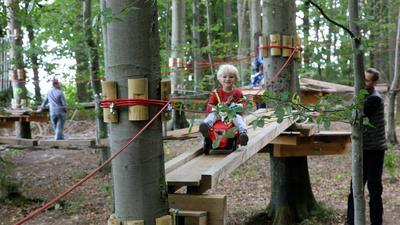 Ein Kind spielt im Kletterwald Bretten.