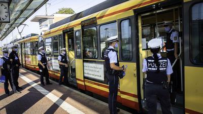 Großkontrolle des Polizeipräsidiums Karlsruhe zum Tragen von Masken im ÖPNV am Brettener Bahnhof.