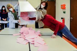 Mehrere Frauen leeren miteinander eine Wahlurne.