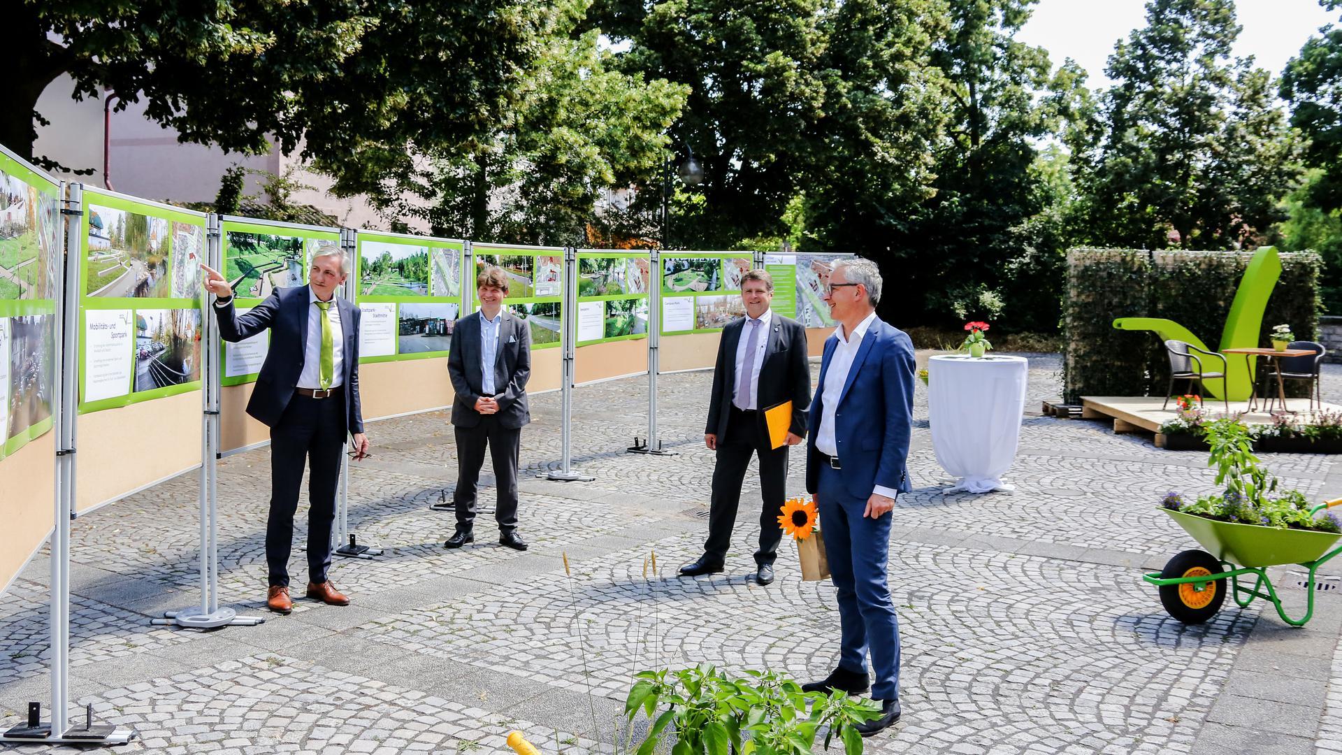 Landrat Christoph Schnaudigel (rechts) informiert sich über die Brettener Gartenschau-Bewerbung.