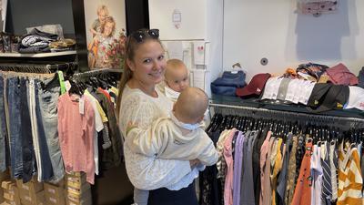 Lena Auch shoppt mit ihren Zwillingen in Friedas Concept Store.