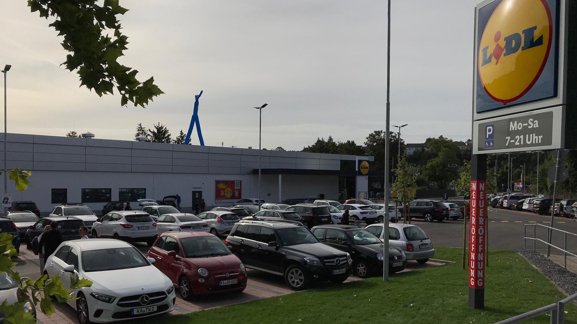 Viele Fahrzeuge stehen am Donnerstag zur Eröffnung der neuen Lidl-Filiale in Bretten auf dem Parkplatz.