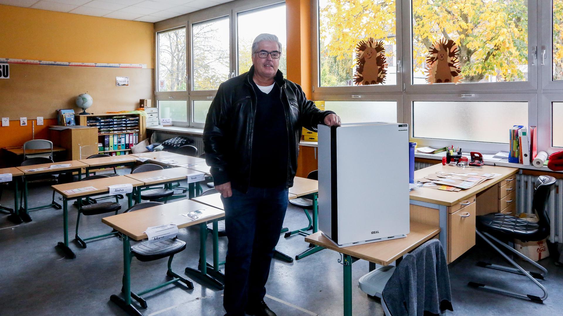 Mann mit Gerät in Klassenzimmer