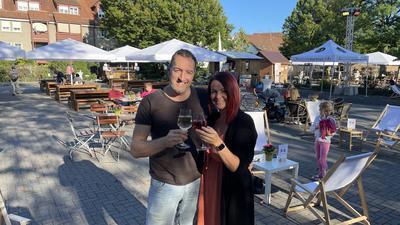 Martin (links) und Renata Michelberger (rechts) aus Pforzheim auf dem Brettener Weinmarkt.