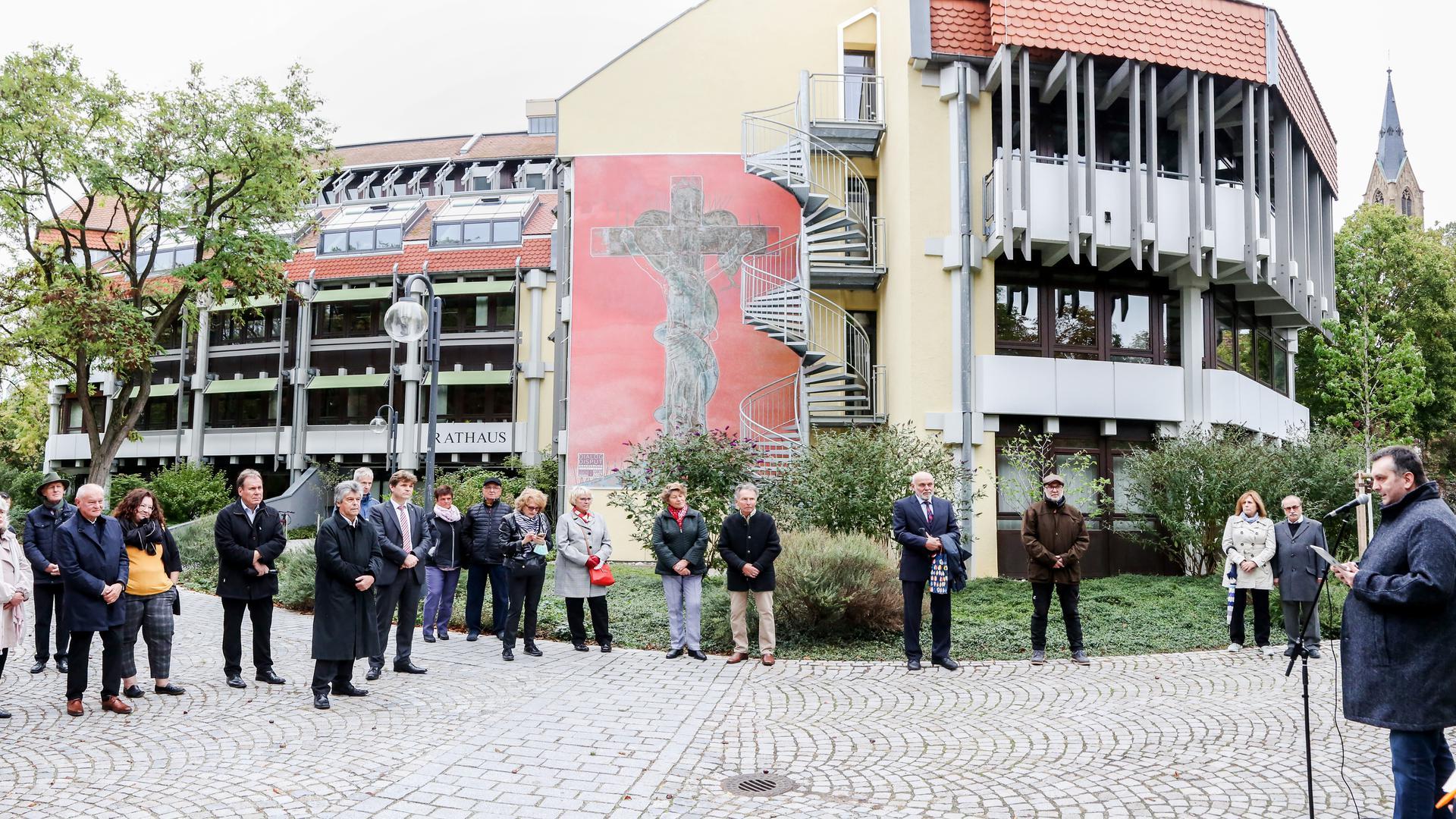 Leute vor Rathausgebäude