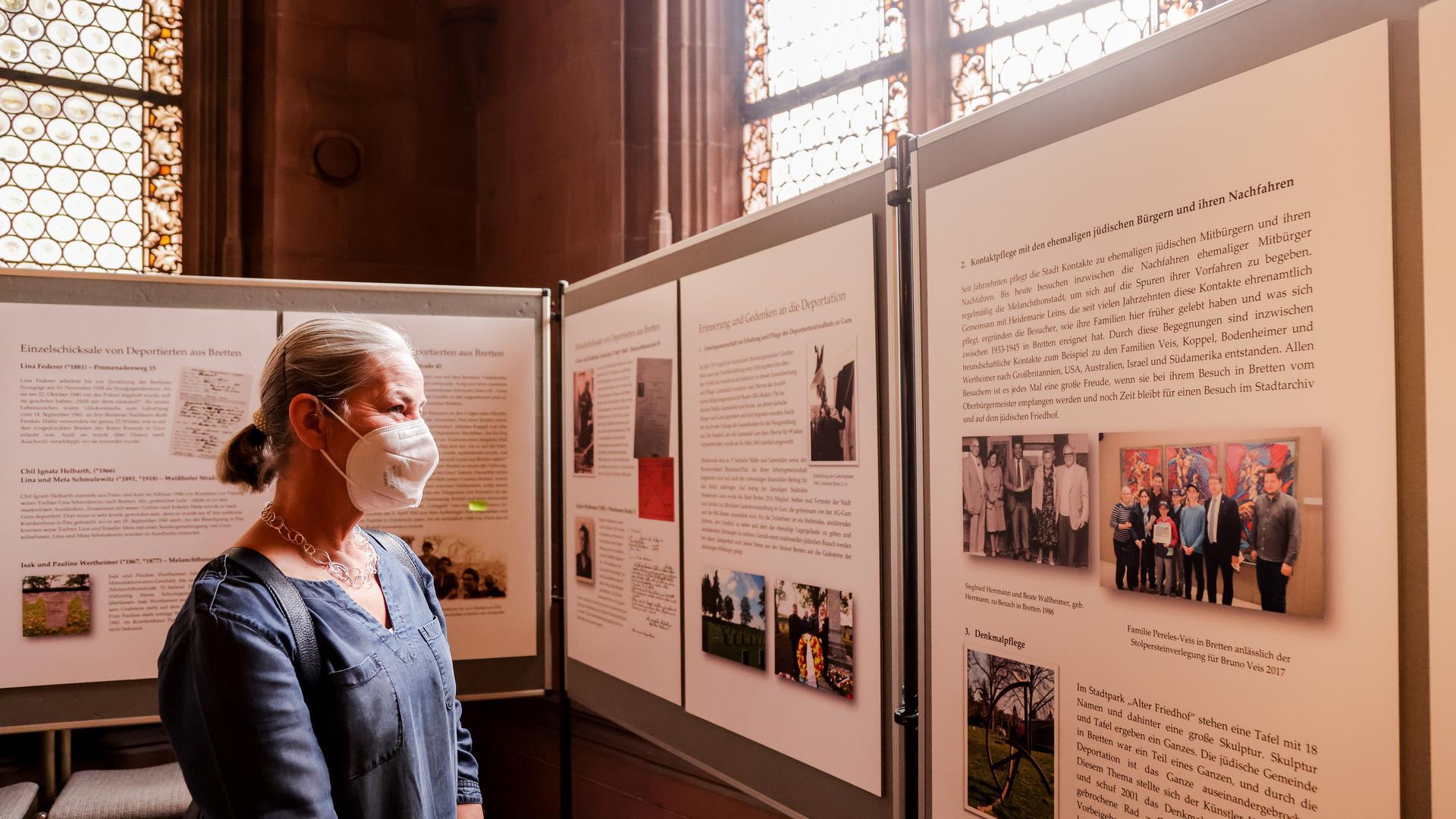 Frau in Ausstellung