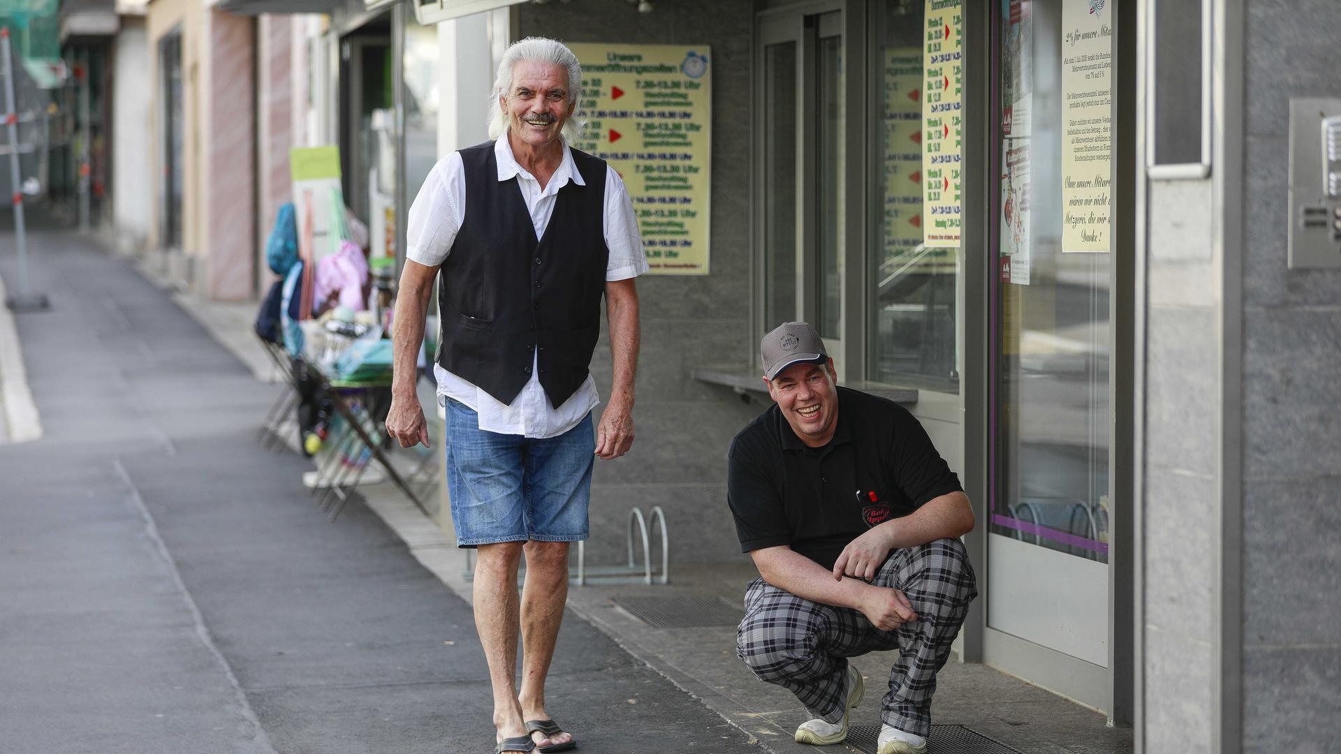 Axel Zickwolff und Georg Heller (links) vor Zickwolfs Geschäft. Foto: Arnd Waidelich
