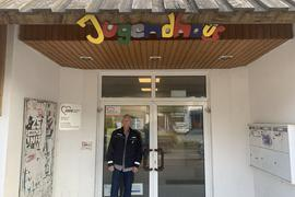 """Brettens """"Kümmerer"""" Michael Krüper vor dem Eingang des AWO-Jugendhauses."""