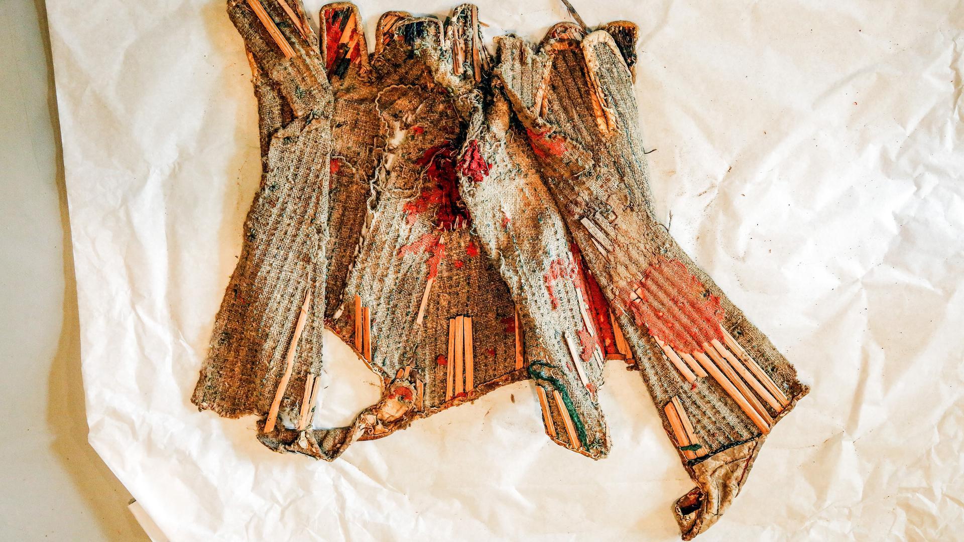 Ein Stück historische Handwerkskunst: Das Korsett besteht aus Leinen, Wolle, Leder, Seide, Fischbein und Schilfrohr. Die Schnürbrust lagerte hunderte von Jahren in einem Zwischenboden der Bessergasse 12 in Bretten.