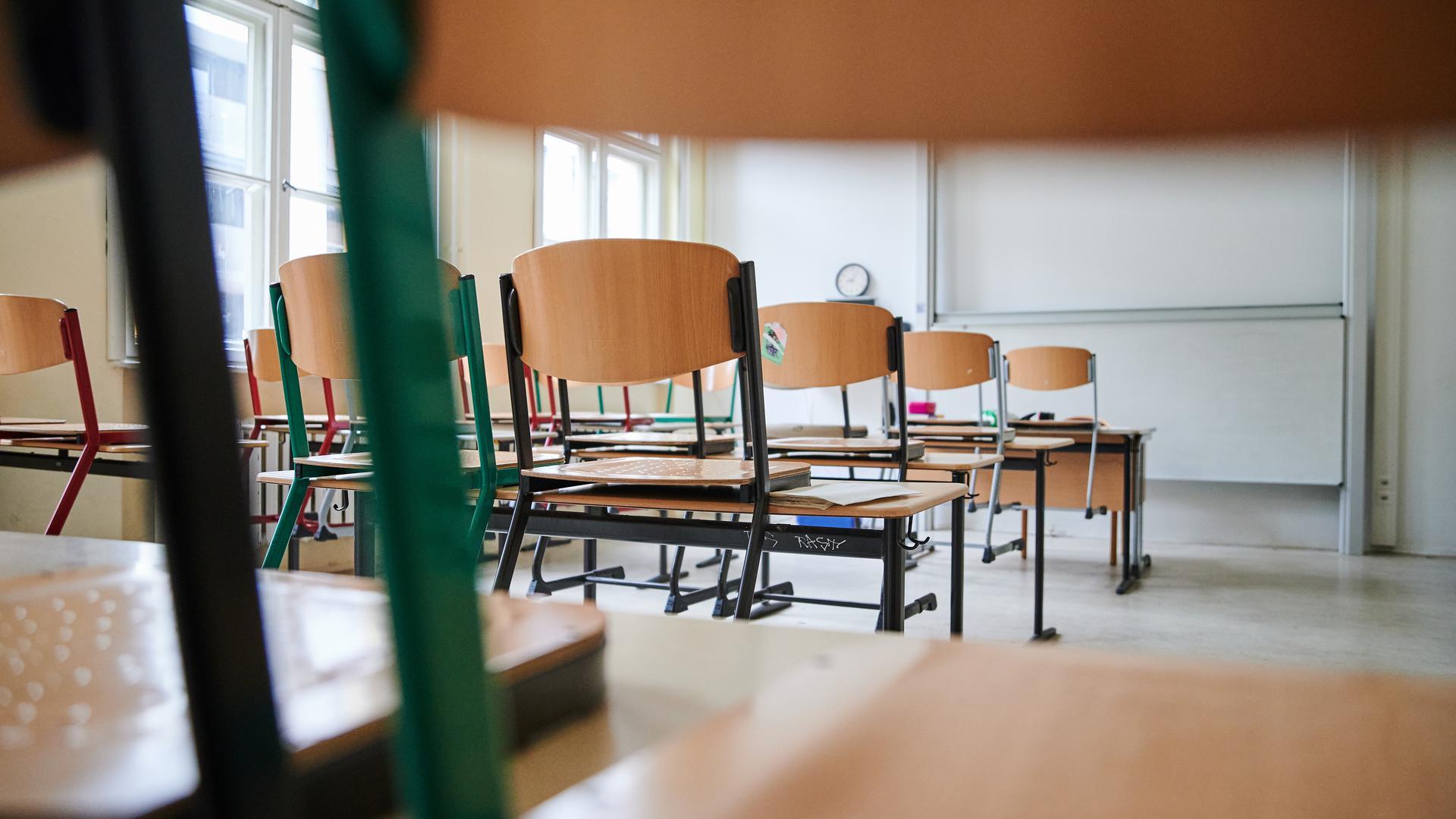 Ein leeres Klassenzimmer einer Schule.