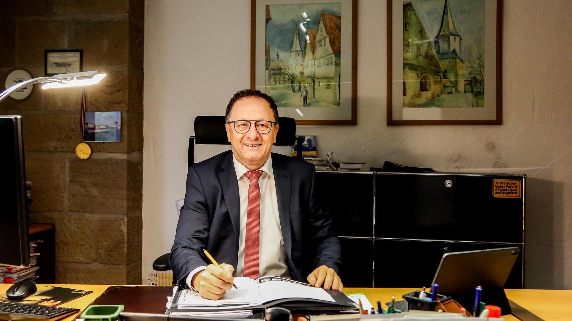 Oberderdingens Bürgermeister Thomas Nowitzki sitzt in seinem Büro am Schreibtisch.