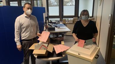 Brettens Ordnungsamtsleiter Simon Bolg (links) und Diana Kern (rechts), die Leiterin des Bürgerservices, mit den Unterlagen für die Landtagswahl.