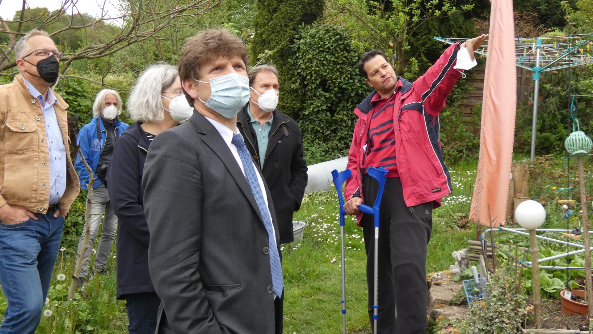 Personen: Aaron Treut ganz rechts, Bürgermeister Michael Nöldner im Vordergrund. Ort: In den privaten Gärten nördlich der Bahnlinie im Bereich Hinterdorfstraße.