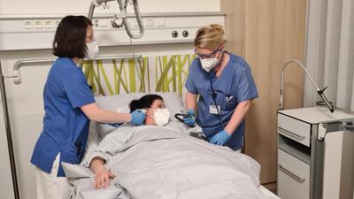 Zwei Krankenschwester mit Patientin