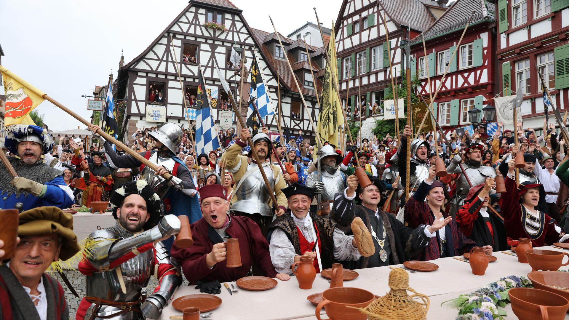 Eine Stadt feiert das Mittelalter: Das alljährliche Peter-und-Paul-Fest ist eines der größten Heimatfeste in Südwestdeutschland. Abertausend Gewandete feiern mit.