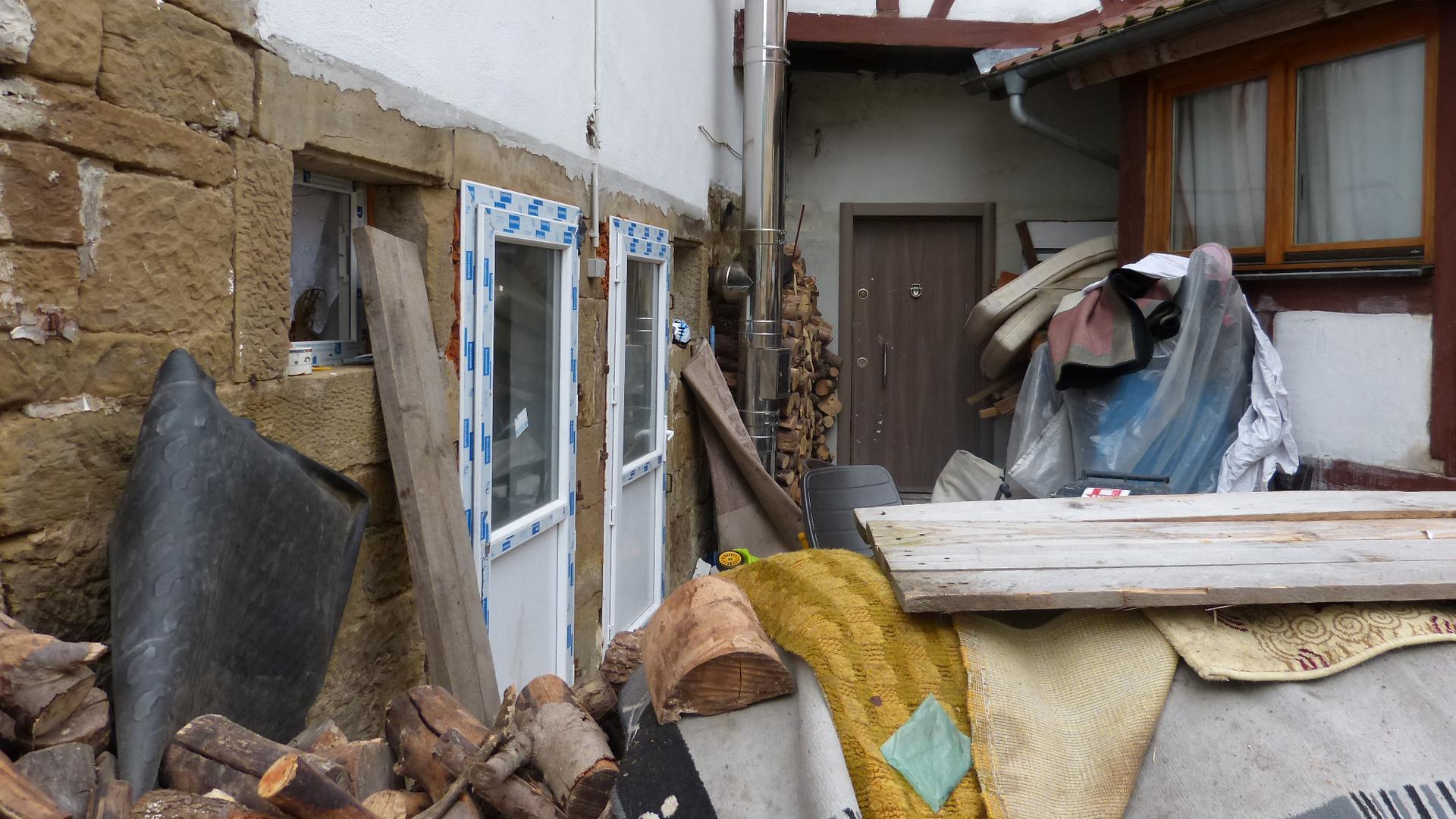 Der Eingang einer Scheune, die zu Wohnzwecken genutzt werden sollte, ist zugestellt.