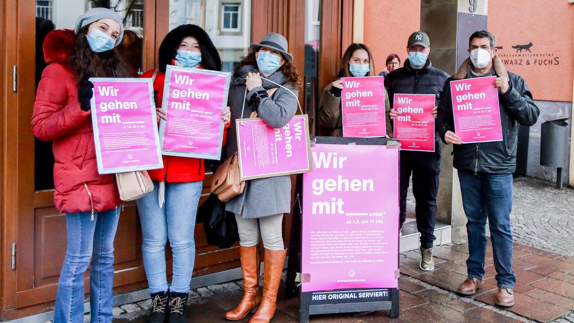 Frauen mit pinken Plakaten