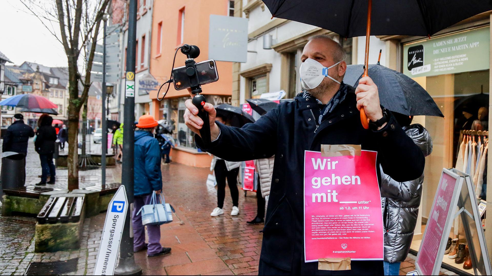 Mann filmt Protest