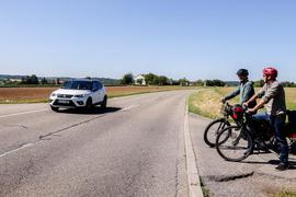 Wie kommt man rüber? Alexander Herzfeld (blauer Helm) und Daniel Priem (roter Helm) stehen an der Landstraße 1103 genau an er Stelle, wo der künftige Radweg von Bretten nach  Großvillars die Landesstraße queren soll. Wie könnte eine sichere Lösung aussehen?