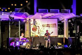 Sänger Cris Cosmo (rechts) und Schlagzeuger Tobias Nessel (links) beim KulturFreitag.