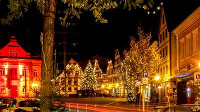 Der Marktplatz mit dem Alten Rathaus und der historischen Fachwerkkulisse inmitten der Brettener Innenstadt erstrahlt in weihnachtlicher Beleuchtung, ist aber menschenleer.