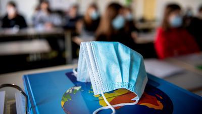 ILLUSTRATION - Zum Themendienst-Bericht vom 18. Februar 2021: Wenn in einigen Bundesländern die Schulen schrittweise wieder öffnen, besteht für die Schülerinnen und Schüler zum Schutz vor dem Coronavirus oft auch Maskenpflicht. Foto: Matthias Balk/dpa/dpa-tmn - Honorarfrei nur für Bezieher des dpa-Themendienstes +++ dpa-Themendienst +++