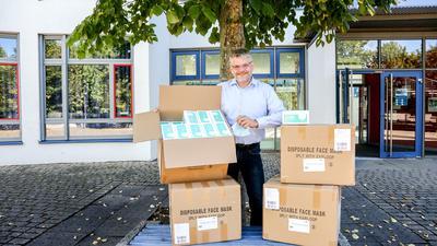 Gregor Svoboda, Rektor der Leopold-Feigenbutz-Realschule Oberderdingen, mit dem vom Kultusministerium gelieferten Masken.
